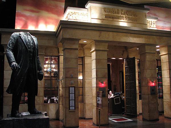 Ленин без головы у входа в ресторан %22Красная площадь%22, Лас - Вегас, США