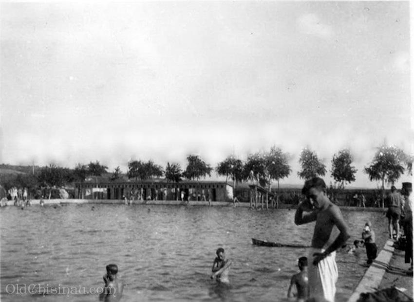 1941 год, немецкие солдаты купаются в бассейне, известном сейчас как Локомотив