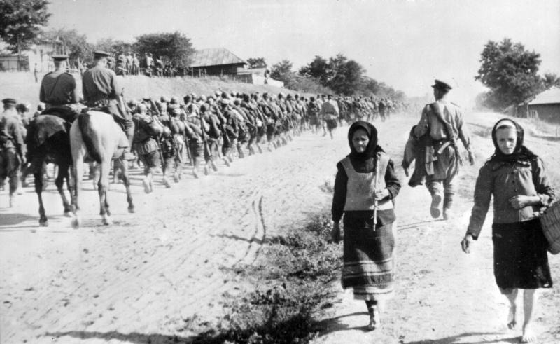 Части 49-й гвардейской стрелковой дивизии на марше во время Ясско-Кишиневской операции (Молдавия, конец августа 1944 года