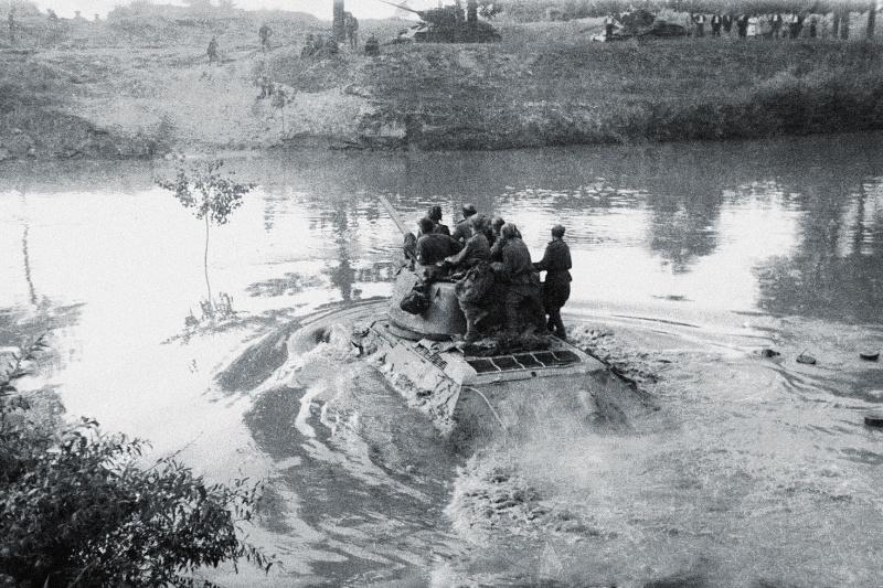 Переправа через Днестр Т-34-85 44-й гвардейской танковой бригады 11-го гвардейского танкового корпуса 1-й гвардейской танковой армии