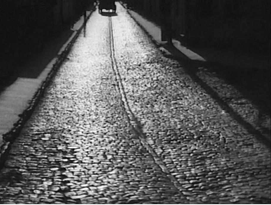 """Кадр из фильма """"При попытке к бегству"""" (Молдова-Филм, 1965 год). Кишинёвская улица, вымощенная брусчаткой."""