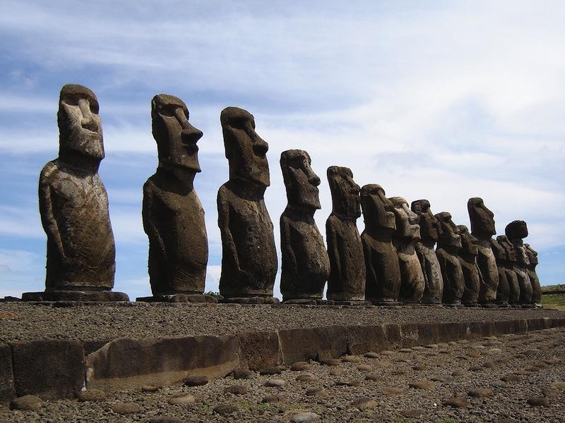 """Остров Пасхи. Загадка технологии, с помощью которой потомки индейских и полинезийских народов смогли создать сотни колоссальных статуй (""""моаи"""") из твердого вулканического базальта и туфа, многие из которых имеют высоту более 21 м. и вес свыше 200 тонн, да еще и несут на голове """"шапки"""" из красного камня, которые тоже весят до 5 тонн, до сих пор не разгадана."""
