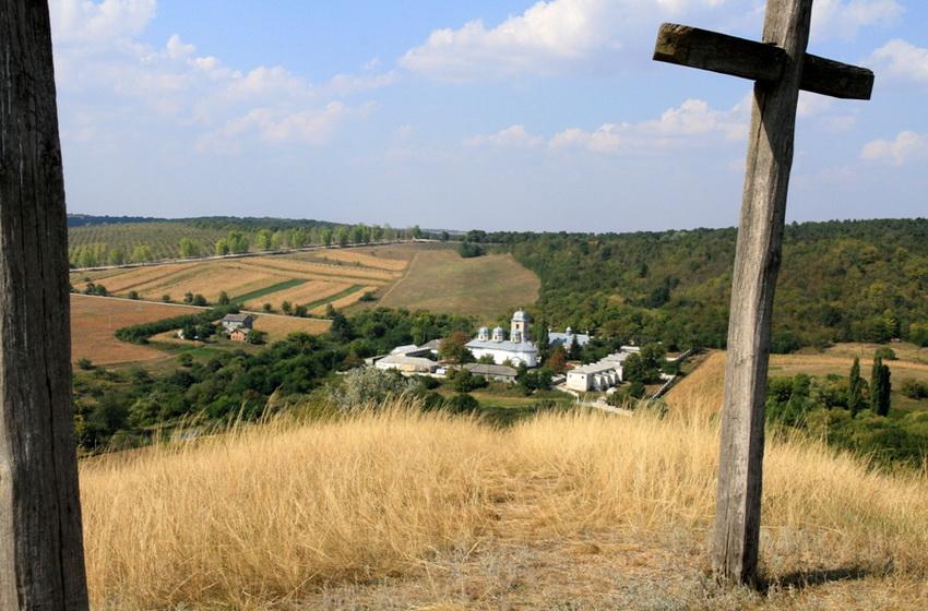 Вид на монастырь сквозь кресты