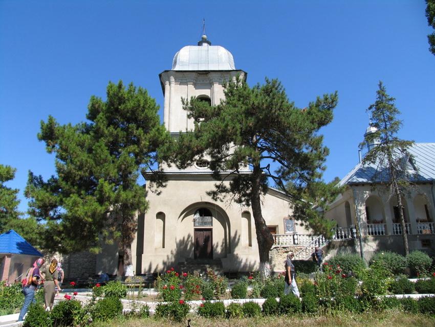 Колокольня у входа в монастырь