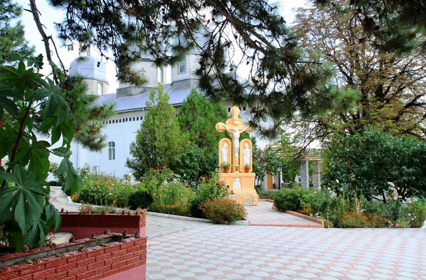 Распятие у входа в монастырь