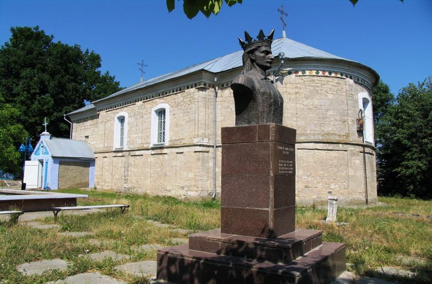 Старая церковь и памятник государю в селе Кобыля
