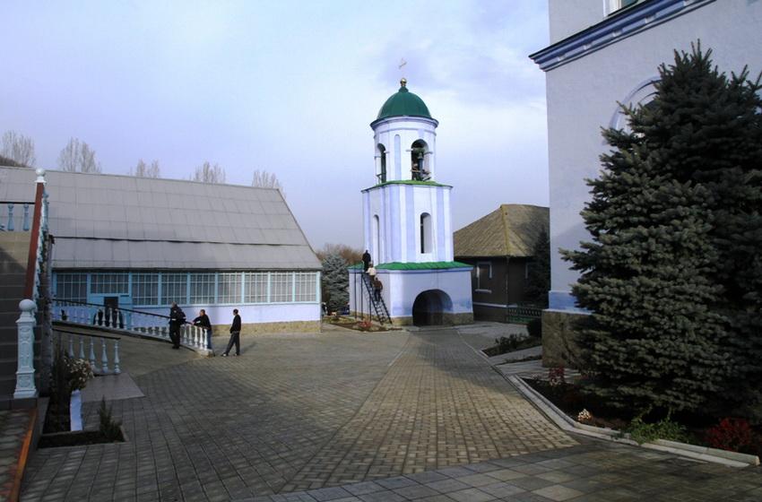 Двор монастыря и вид на колокольню