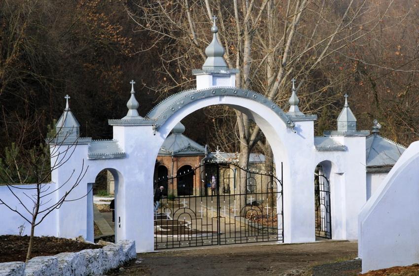 Выход к источникам монастыря Жапка