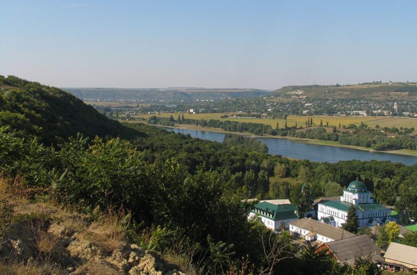 Вид на монастырь Жапка и скальную церковь с вершины скалы