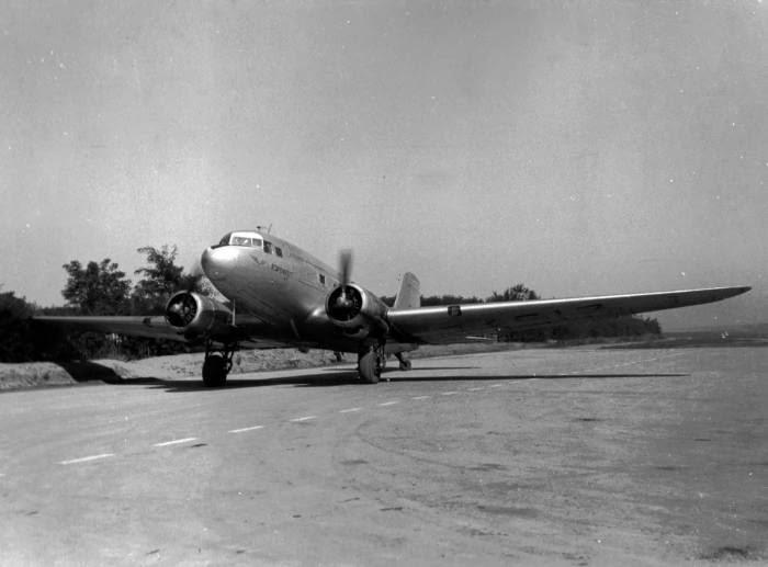 Пассажирский самолёт в кишинёвском аэропорту, 1950-е.