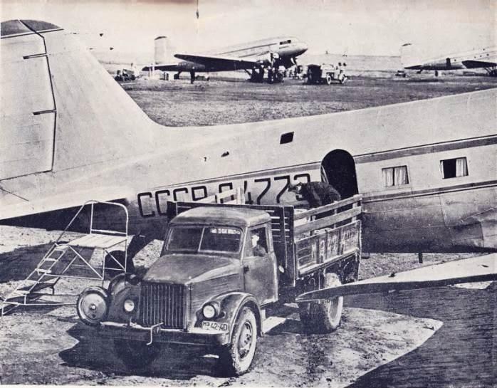 Погрузка винограда в самолёт. Кишинёвский аэропорт, 1950-е.
