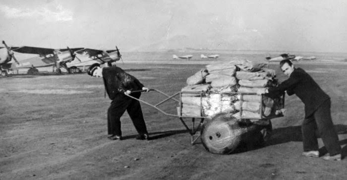 Погрузка почты, 1950-е.