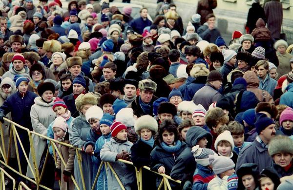 Leningrad, 1989- Crowds outside of Design USA. [Photo by Amanda Merullo, 1989]