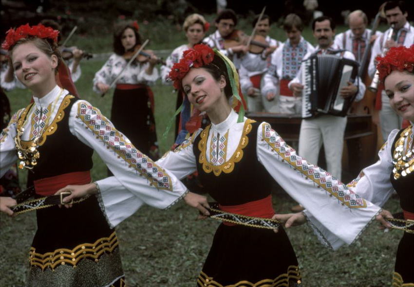 MOLDAVIA. The capital Kishinev. Moldavian folk dancing. 1988.