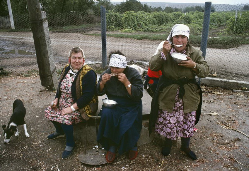 MOLDAVIA. Getlovo. Women at the Motherland collective farm. 1988.