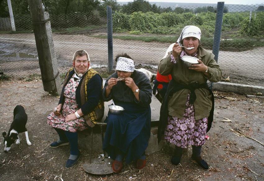 MOLDAVIA. Getlovo. Women at the Motherland collective farm. 1988.