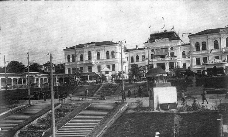 1925 год. Виден предшественник нынешнего каскадного фонтана и лестницы в парке Валя Морилор