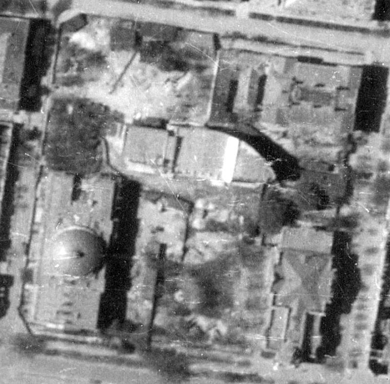 С аэрофотоснимка 1944 года. Видны здания театра и Офицерского Собрания.
