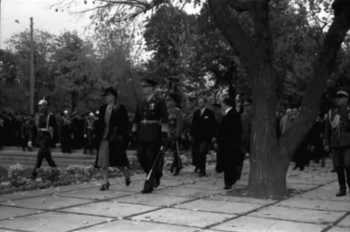 """Михай I на церемонии открытия """"Выставки Освобождения"""". 31 октября 1942 года."""