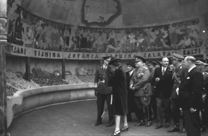 Король Михай I осматривает выставку