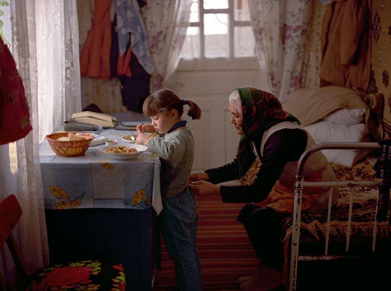 1. Каталина со своей бабушкой. Как и у многих ее соотечественников, родители Каталины работают за границей. (Andrea Diefenbach)
