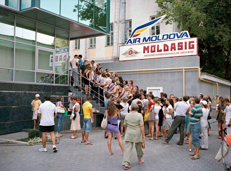 13. Очередь в итальянское посольство в молдавской столице Кишиневе.