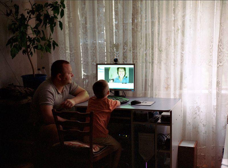 15. Светлана общается с мужем и сыном через Skype.