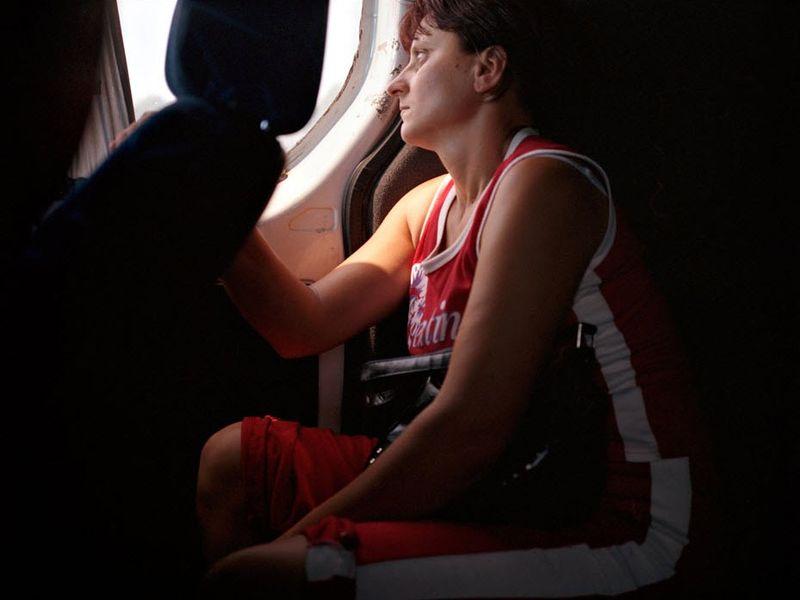 17. Алена в микроавтобусе по пути в Италию. Они с мужем получили рабочую визу на девять месяцев и были вынуждены оставить своих трех детей дома.