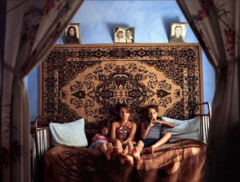 3. 13-летняя Ольга, 11-летняя Сабрина и 8-летняя Каролина живут одни с тех пор, как их родители уехали в Италию на заработки в 2007 году.