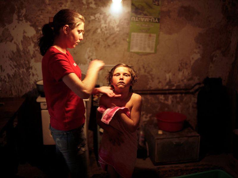 4. 16-летняя Марина заботится о своей 9-летней сестре Габи. Их мать живет и работает в Италии, а отец – в России.
