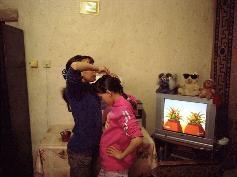 5. Ольга помогает Сабрине собраться в школу. Ольге пришлось научиться готовить, самой печь хлеб и делать сыр.