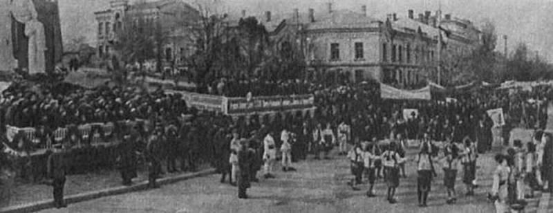 1940 г. На основе постамента демонтированного памятника установлен другой, временный монумент.
