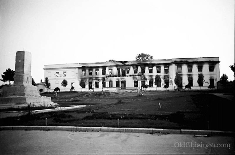 1941 г. Остался только постамент.