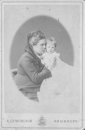 Супруга Карла Шмидта с их первенцем