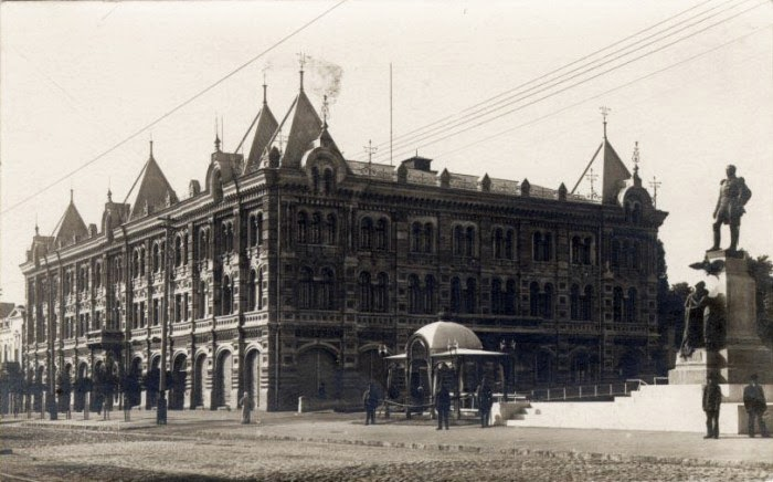 Серафимовский Дом и памятник Александру I. Фотография 1914 года.