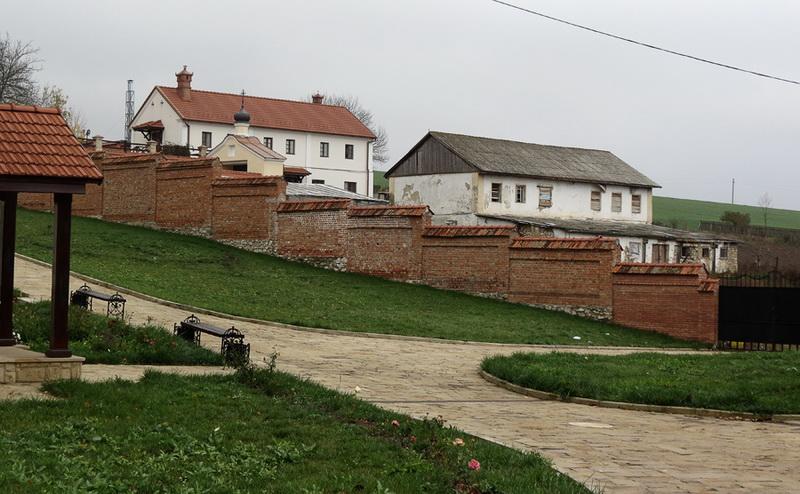 За оградой - хозяйственная часть монастыря. Фото: varandej.livejournal.com