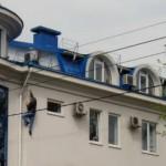 Страшно vs смешно: в Кишиневе мужчина ползет по стене офисного здания
