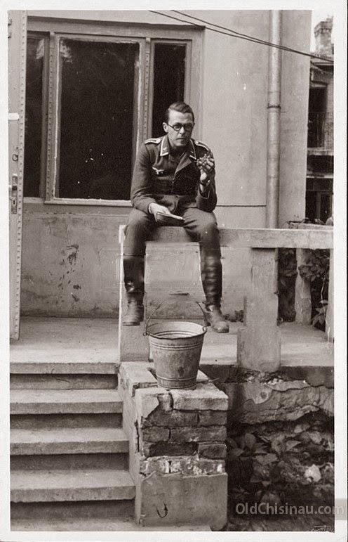 Бельцы. Солдат пробует виноград.