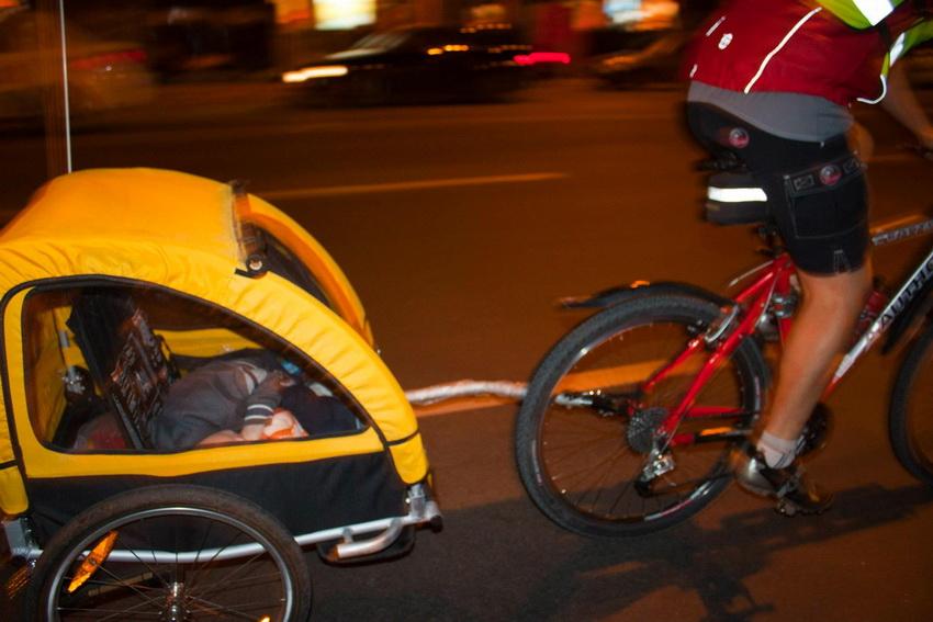 Иван с сыном на Велоночи Yello Vello Ride