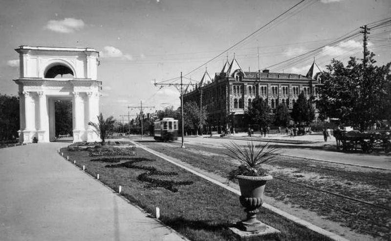 30-е годы ХХ века. Вид на Епархиальный дом.
