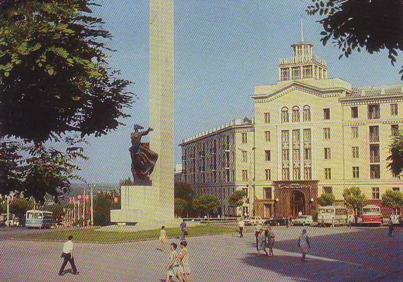 """Гостиница """"Кишинэу"""" и площадь Освобождения. 1973 год"""