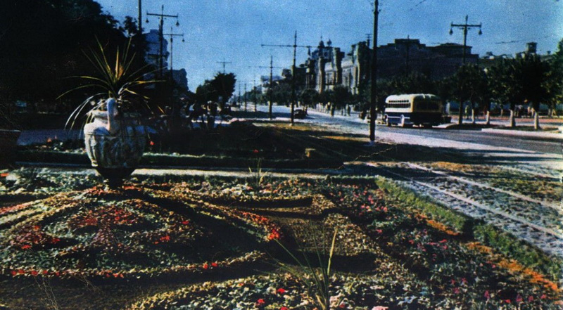 """Фото 1950 года из журнала """"Огонек"""". Фотограф стоит у парка между Аркой и улицей Пушкина."""