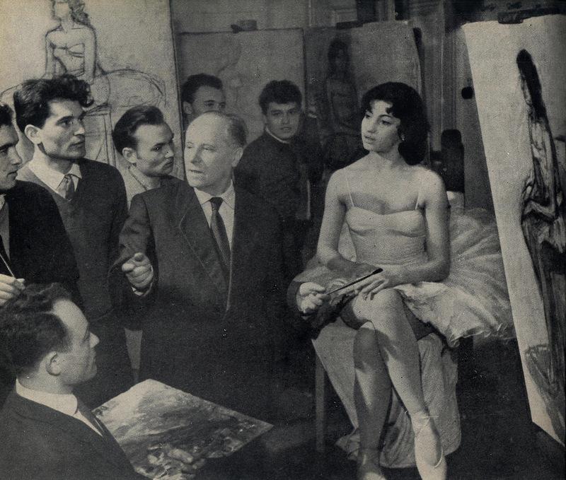 Занятия со студентами проводит Заслуженный деятель искусств МССР, художник Алексей Александрович Васильев