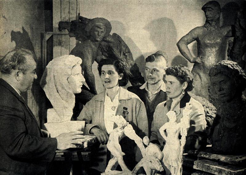 Член-корреспондент Академии художеств СССР скульптор Лазарь Дубиновский в своей мастерской. У него в гостях знатные кукурузоводы республики герой Социалистического Труда Анна Чеботарь, Виктор Чубара и Лидия Пынзарь