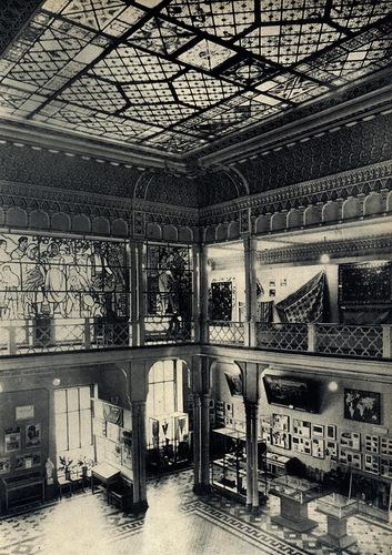 В центральном зале музея. Витражи по эскизам художников Игоря Виеру и Ф.Хамурару