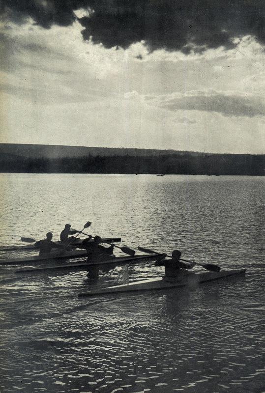 Спортсмены на озере