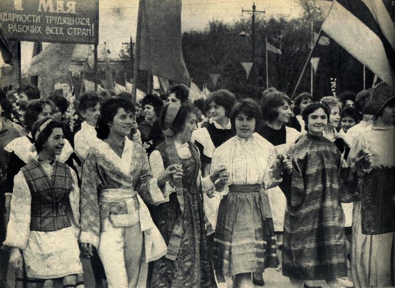 Школьники и молодёжь на Первомайской демонстрации в Кишинёве