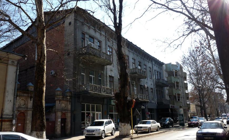 Дом Белоцерковского (№ 50). Трёхэтажное здание постройки 1912 года. На третьем этаже одно время располагалось педагогическое училище.