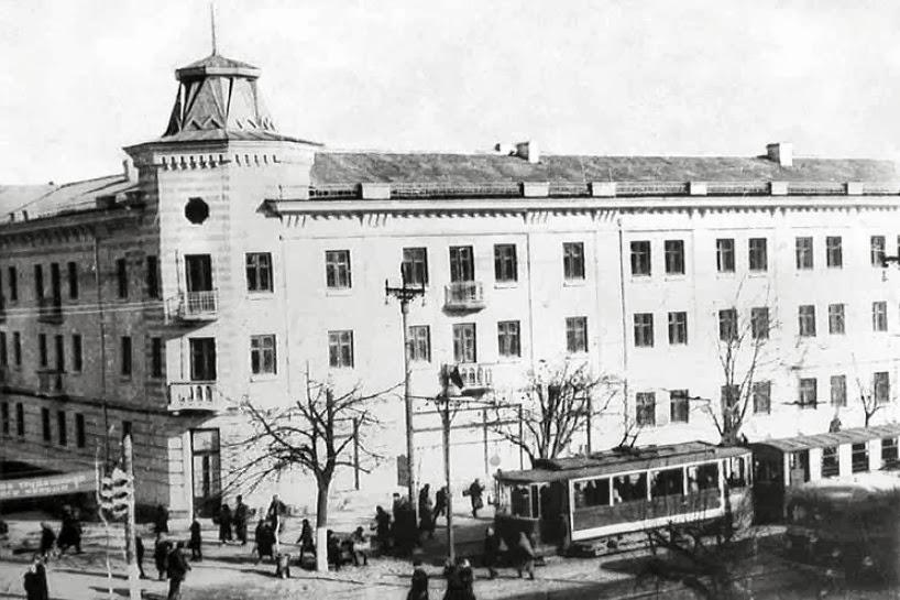 Чуть позже половина гостиницы была поглащена зданием Фэт-Фрумос, фото 1949 года.