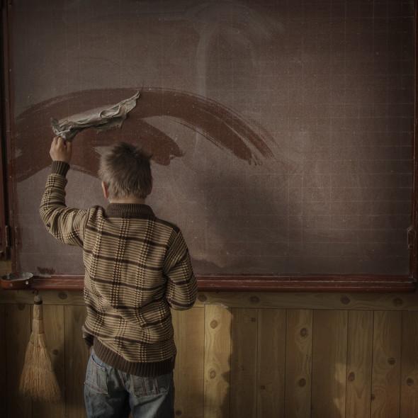 Ученик вытирает классную доску в школе села Баронча. Фото Asa Sjöström